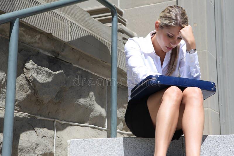 Καταθλιπτική επιχειρησιακή γυναίκα στοκ φωτογραφία