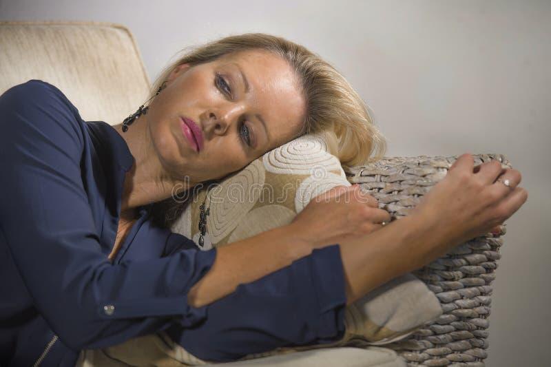 Καταθλιπτική και ανήσυχη όμορφη ξανθή γυναίκα που υφίσταται το συναίσθημα κρίσης κατάθλιψης και ανησυχίας που ματαιώνεται και που στοκ φωτογραφία