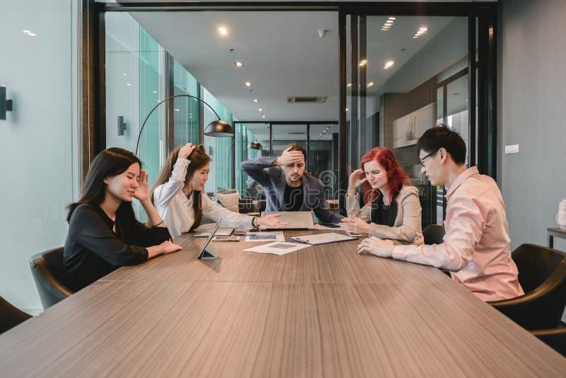 Καταθλιπτικοί επιχειρηματίες στην αίθουσα συνεδριάσεων, που έχει τα προβλήματα σε ομο στοκ φωτογραφία με δικαίωμα ελεύθερης χρήσης