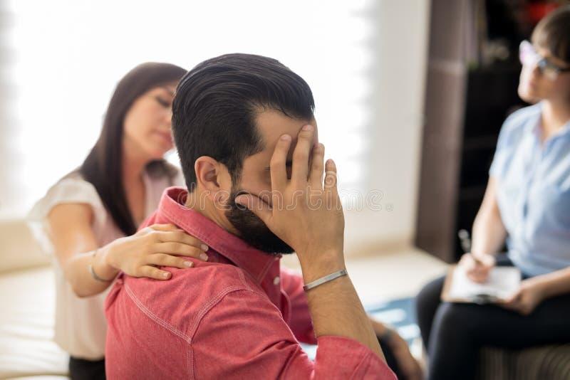 Καταθλιπτικός σύζυγος κατά τη διάρκεια της συνόδου ψυχοθεραπείας στοκ φωτογραφία
