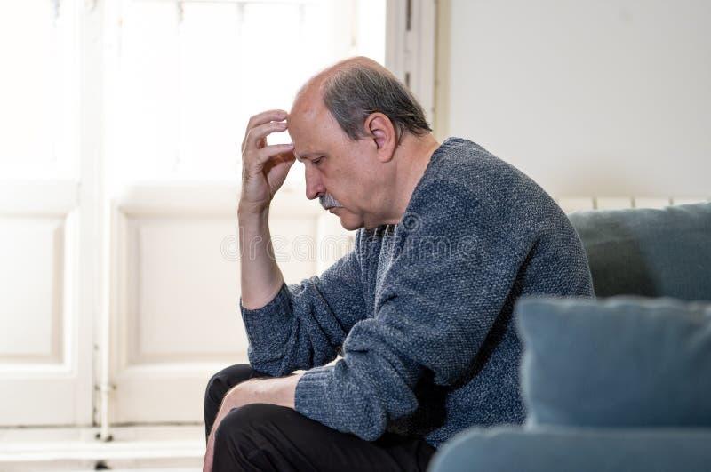 Καταθλιπτικό συντριμμένων παλαιός μόνο ατόμων εξαντλημένου συναίσθημα και δυστυχισμένο να πάσσει από την κατάθλιψη στοκ φωτογραφία με δικαίωμα ελεύθερης χρήσης