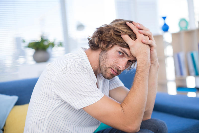 Καταθλιπτική αρσενική εκτελεστική συνεδρίαση στον καναπέ στοκ φωτογραφία με δικαίωμα ελεύθερης χρήσης