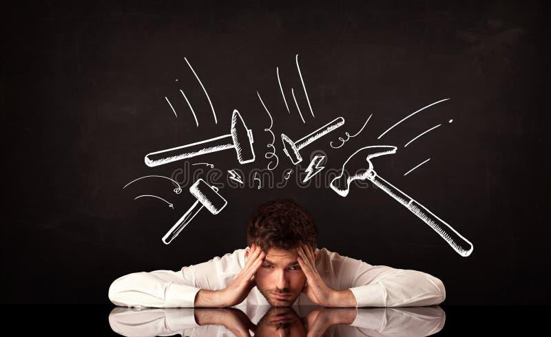 Καταθλιπτική συνεδρίαση επιχειρηματιών κάτω από τα σημάδια σφυριών στοκ εικόνες