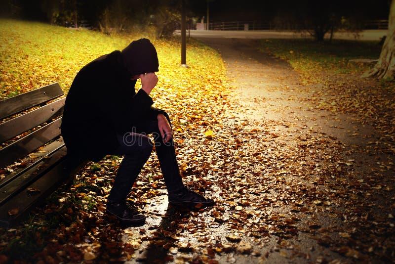 Καταθλιπτικό άτομο στον πάγκο στοκ φωτογραφία με δικαίωμα ελεύθερης χρήσης