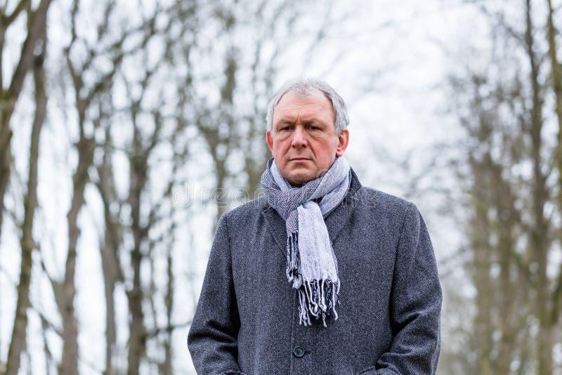 Καταθλιπτικό ή λυπημένο άτομο που περπατά το χειμώνα στοκ φωτογραφία με δικαίωμα ελεύθερης χρήσης