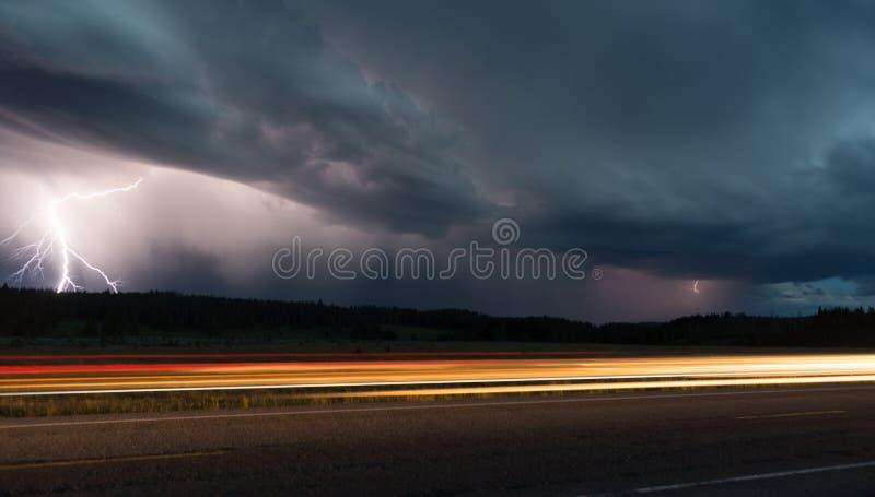 Καταιγίδα πτώσης αργά - στρεπτόκοκκος οδικής αστραπής πάρκων Yellowstone νύχτας στοκ φωτογραφία με δικαίωμα ελεύθερης χρήσης