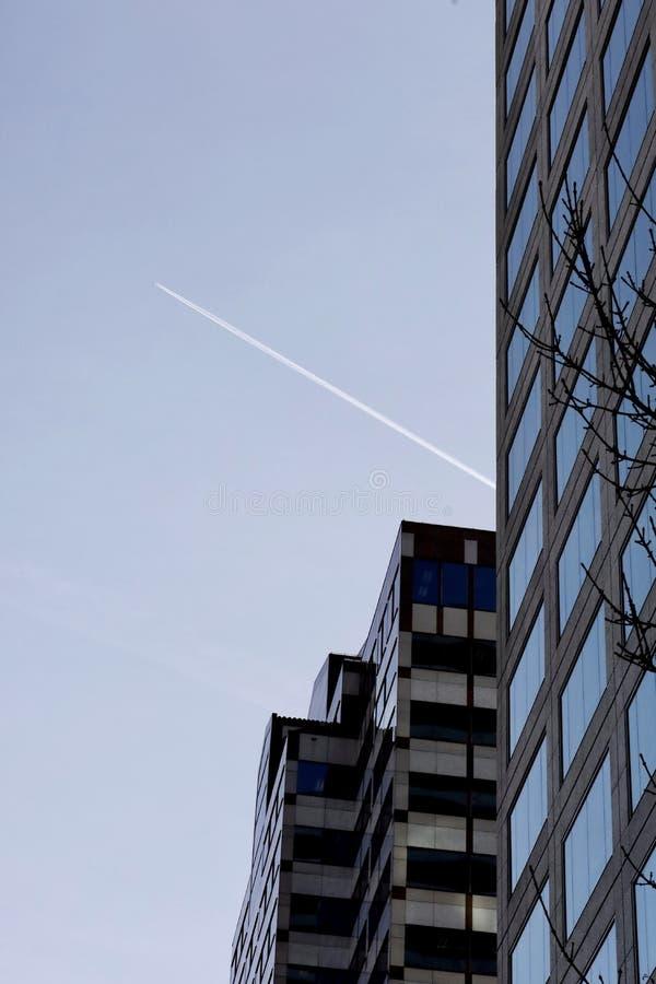 Κατακόρυφη βολή των ουρανοξύστων κάτω από τον γαλάζιο ουρανό στο Πόρτλαντ των ΗΠΑ στοκ φωτογραφία με δικαίωμα ελεύθερης χρήσης