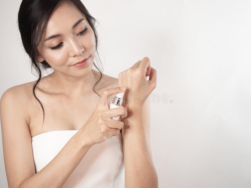 Κατακόρυφη όμορφη ασιάτισσα γυναίκα Κοντινό πρόσωπο ομορφιάς και χέρι που αγγίζει το νεαρό κορίτσι απομονωμένο λευκό φόντο στοκ φωτογραφία