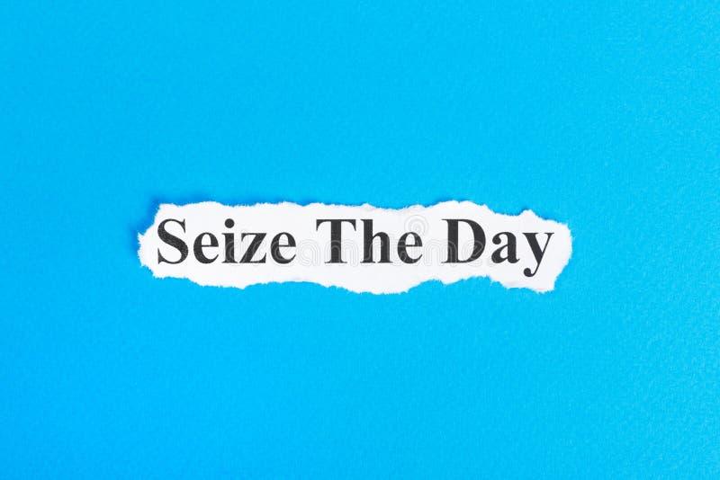 Καταλάβετε το κείμενο ημέρας σε χαρτί Η λέξη αδράχνει την ημέρα σε σχισμένο χαρτί σωστό μόνιμο κείμενο υπολοίπου εικόνας ειδωλίων στοκ εικόνες με δικαίωμα ελεύθερης χρήσης