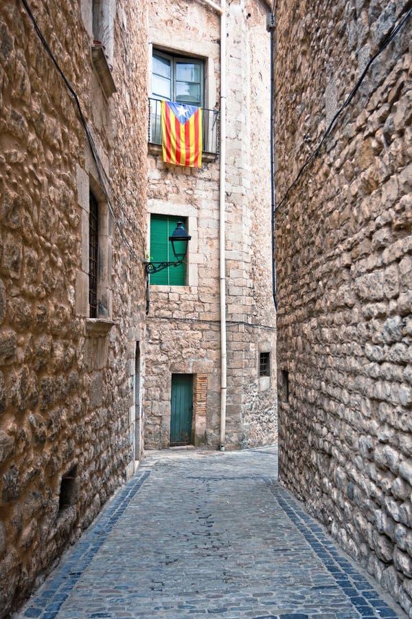 Καταλανικές σημαίες που τοποθετούνται στο μπαλκόνι στην οδό Girona, Ισπανία στοκ φωτογραφία με δικαίωμα ελεύθερης χρήσης