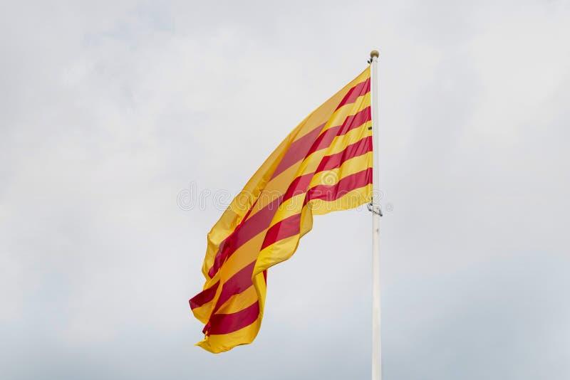 Καταλανική σημαία στη Βαρκελώνη Καταλανική σημαία που κυματίζει στον αέρα στο υπόβαθρο του ουρανού προ-θύελλας στοκ εικόνα με δικαίωμα ελεύθερης χρήσης