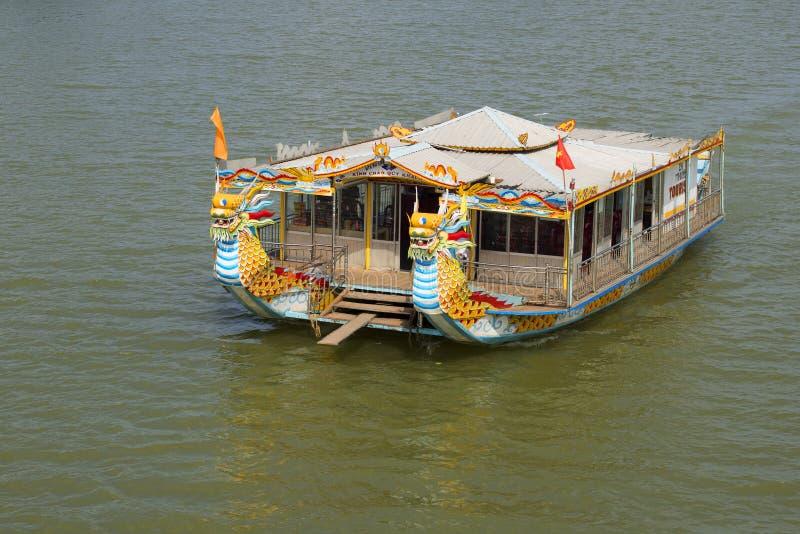 Καταμαράν τουριστών, εξόρμηση στον ποταμό στην πόλη του χρώματος, Βιετνάμ στοκ εικόνες με δικαίωμα ελεύθερης χρήσης