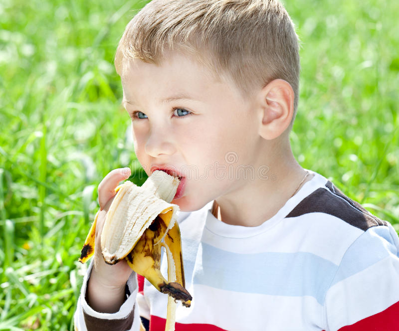 κατανάλωση αγοριών μπανανών στοκ εικόνες