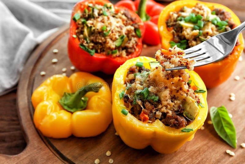 Κατανάλωση γεμισμένου του quinoa πιπεριού στοκ φωτογραφίες
