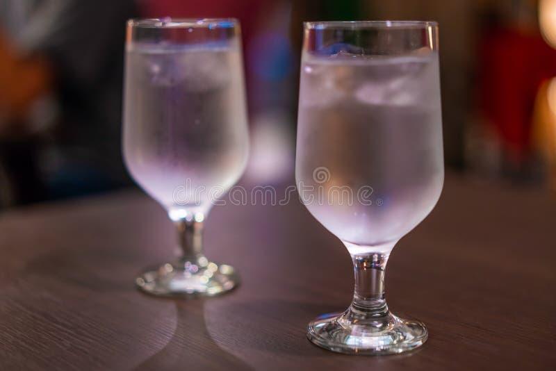 Κατανάλωση ενός ποτηριού του νερού στοκ φωτογραφία