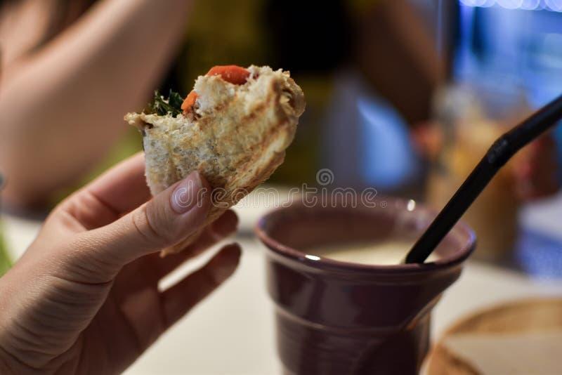 Κατανάλωση ενός σάντουιτς με τον καφέ στοκ εικόνες με δικαίωμα ελεύθερης χρήσης