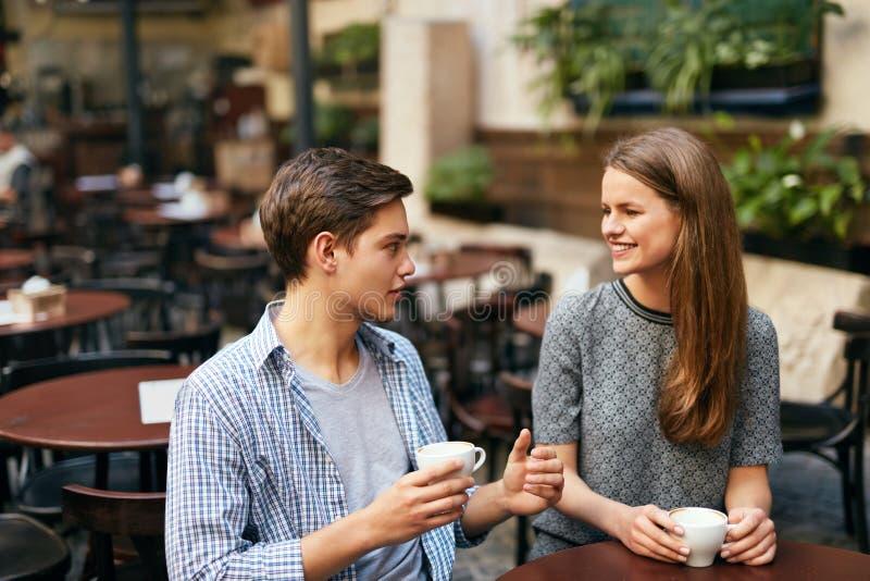 κατανάλωση ζευγών καφέ κ&alpha στοκ εικόνα με δικαίωμα ελεύθερης χρήσης