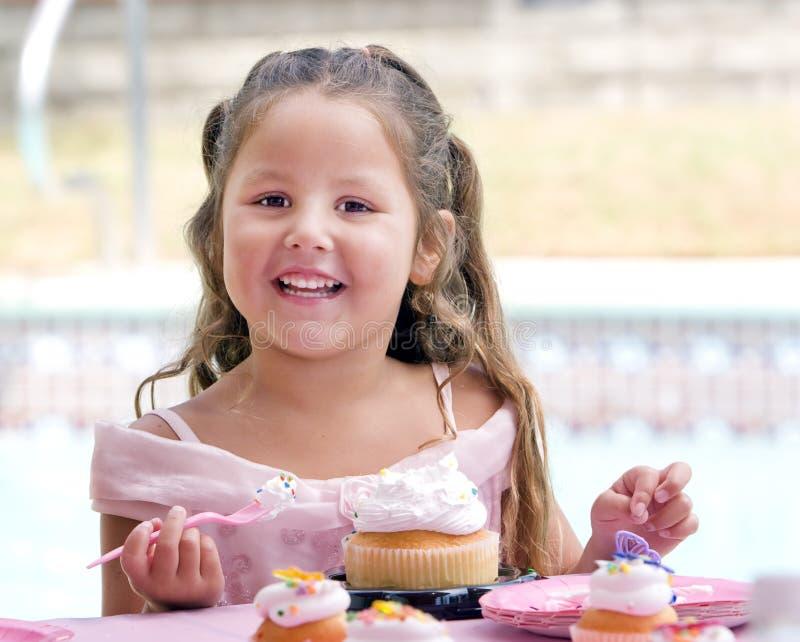 κατανάλωση παιδιών κέικ στοκ φωτογραφία με δικαίωμα ελεύθερης χρήσης