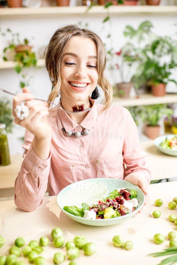 κατανάλωση της υγιούς γυναίκας τροφίμων στοκ εικόνες