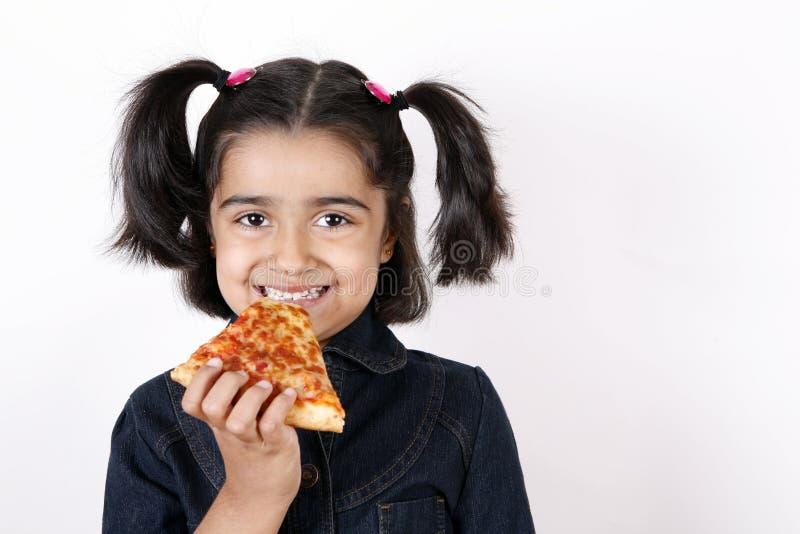 κατανάλωση της φέτας πιτσών κοριτσιών στοκ φωτογραφίες