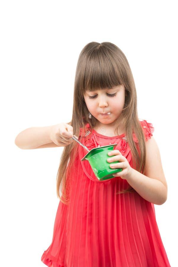 κατανάλωση του γιαουρτιού κοριτσιών στοκ φωτογραφία με δικαίωμα ελεύθερης χρήσης