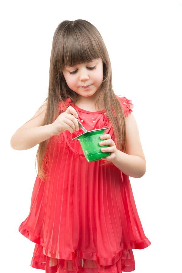 κατανάλωση του γιαουρτιού κοριτσιών στοκ εικόνα με δικαίωμα ελεύθερης χρήσης