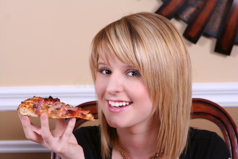 κατανάλωση του γλυκού πιτσών κοριτσιών στοκ φωτογραφία με δικαίωμα ελεύθερης χρήσης