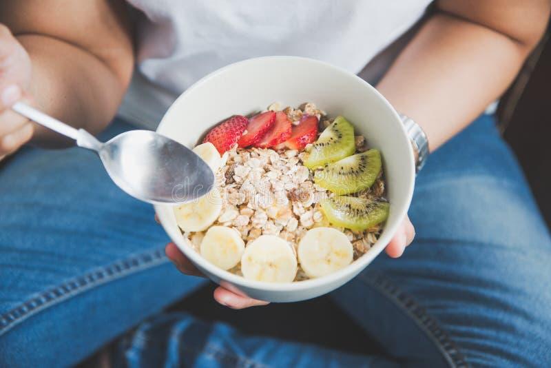 Κατανάλωση του υγιούς προγεύματος για την έννοια καλών υγειών στοκ φωτογραφία