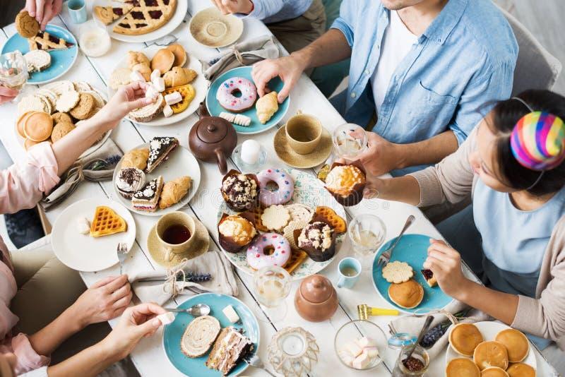 Κατανάλωση των εορταστικών τροφίμων στοκ εικόνα