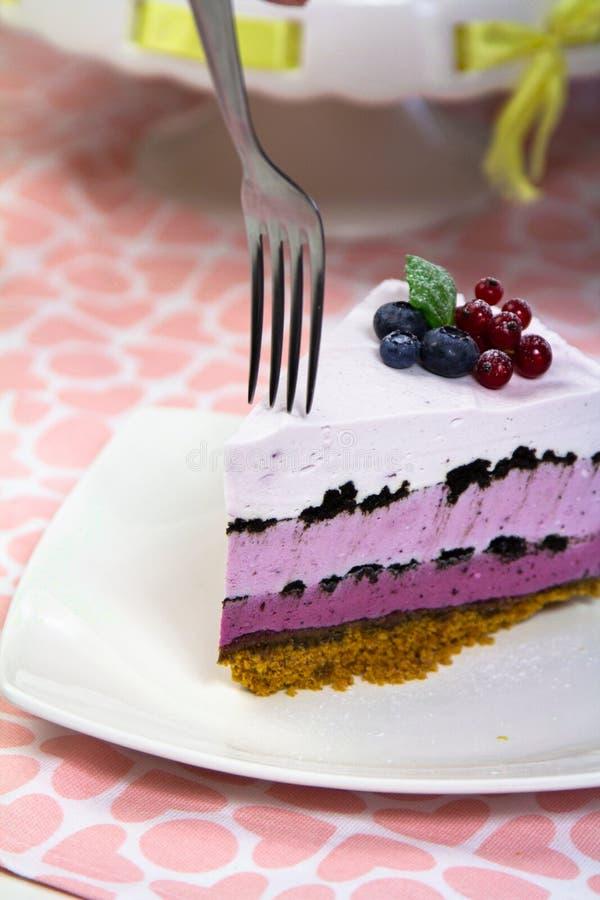 Κατανάλωση των τροφίμων επιδορπίων κέικ κρέμας τυριών στοκ φωτογραφίες