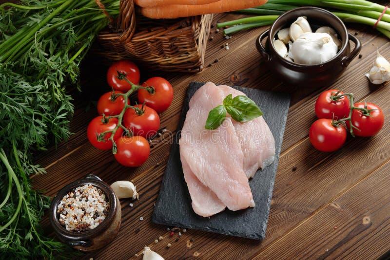 κατανάλωση υγιής ακατέργαστη έννοια τροφίμων Λαχανικά και λωρίδα της Τουρκίας στον ξύλινο πίνακα Τοπ όψη στοκ φωτογραφία με δικαίωμα ελεύθερης χρήσης