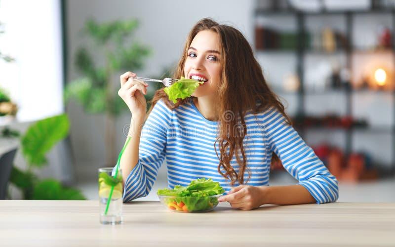 κατανάλωση υγιής ευτυχές νέο κορίτσι που τρώει τη σαλάτα το πρωί στην κουζίνα στοκ εικόνες με δικαίωμα ελεύθερης χρήσης