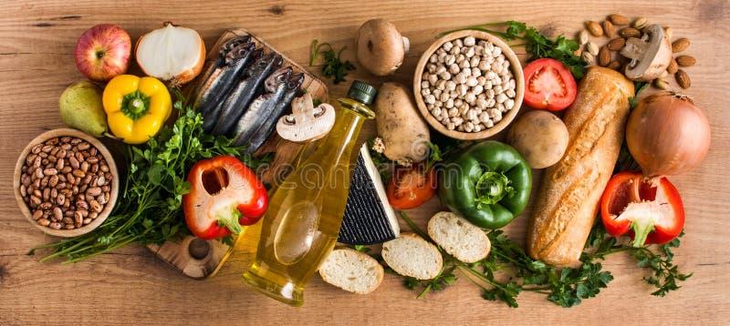 κατανάλωση υγιής Μεσόγειος σιτηρεσίου Φρούτα, λαχανικά, σιτάρι, ελαιόλαδο καρυδιών και ψάρια στο ξύλο στοκ φωτογραφία με δικαίωμα ελεύθερης χρήσης