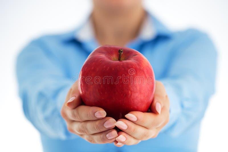 κατανάλωση έννοιας υγιής Επιχειρησιακή γυναίκα που κρατά το κόκκινο μήλο σε δικοί του στοκ φωτογραφία με δικαίωμα ελεύθερης χρήσης