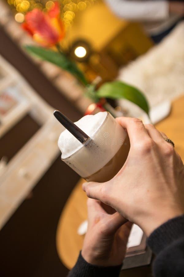 Κατανάλωση ενός καφέ γάλακτος στοκ φωτογραφία με δικαίωμα ελεύθερης χρήσης
