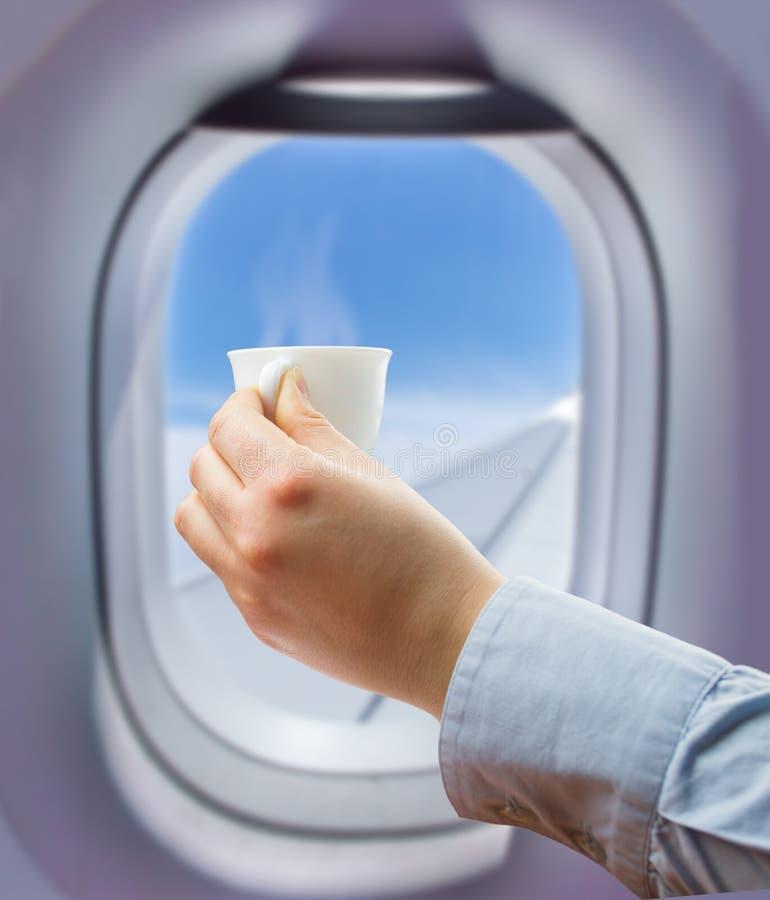 Κατανάλωση ενός καφέ στην πτήση στοκ εικόνες με δικαίωμα ελεύθερης χρήσης