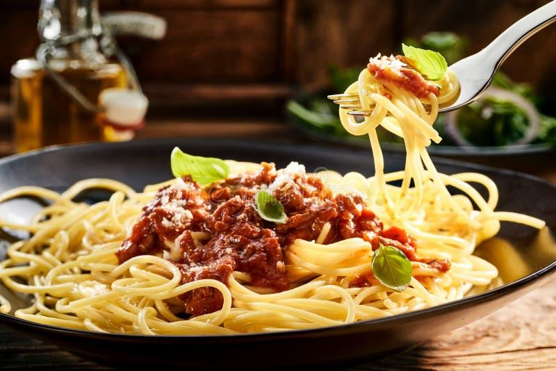 Κατανάλωση ενός πιάτου των νόστιμων ιταλικών μακαρονιών στοκ φωτογραφίες με δικαίωμα ελεύθερης χρήσης