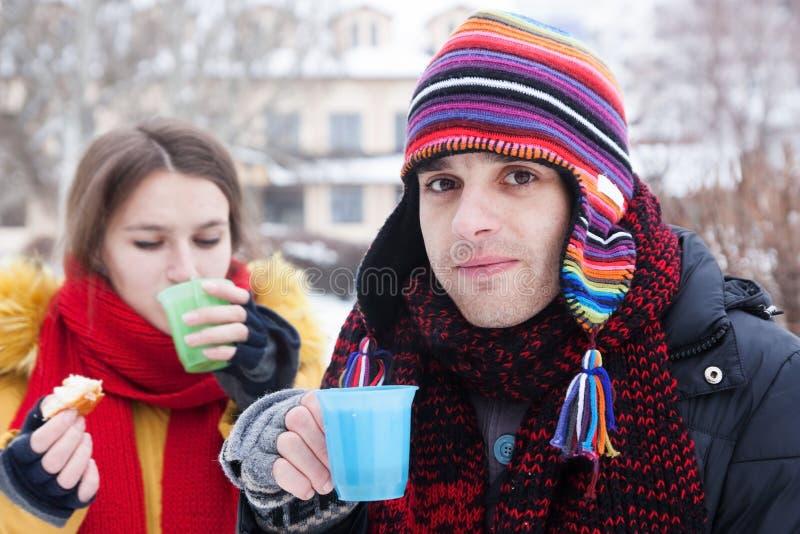 Κατανάλωση ζεύγους καυτή το χειμώνα στοκ φωτογραφίες με δικαίωμα ελεύθερης χρήσης