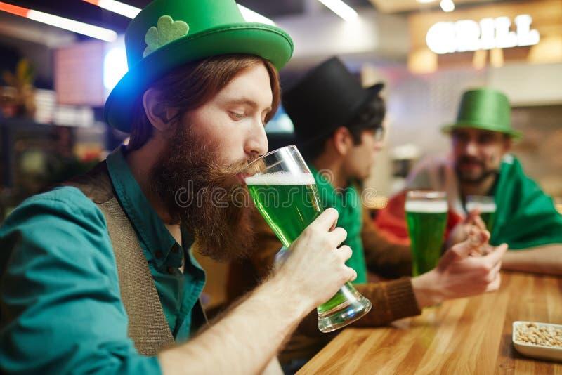 κατανάλωση μπύρας στοκ φωτογραφίες με δικαίωμα ελεύθερης χρήσης