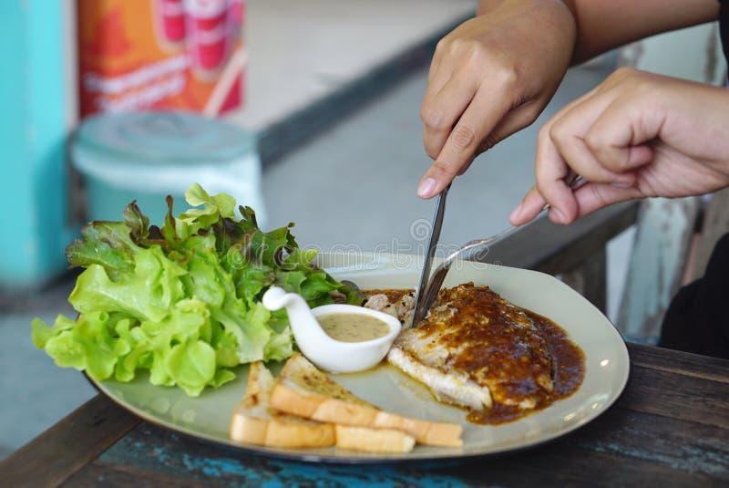 Κατανάλωση που ψήνεται στη σχάρα seabrass με τη μαύρη σάλτσα πιπεριών στοκ φωτογραφία με δικαίωμα ελεύθερης χρήσης
