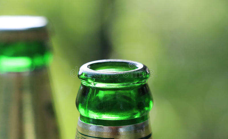 Κατανάλωση της μπύρας στο κόμμα στοκ εικόνα με δικαίωμα ελεύθερης χρήσης