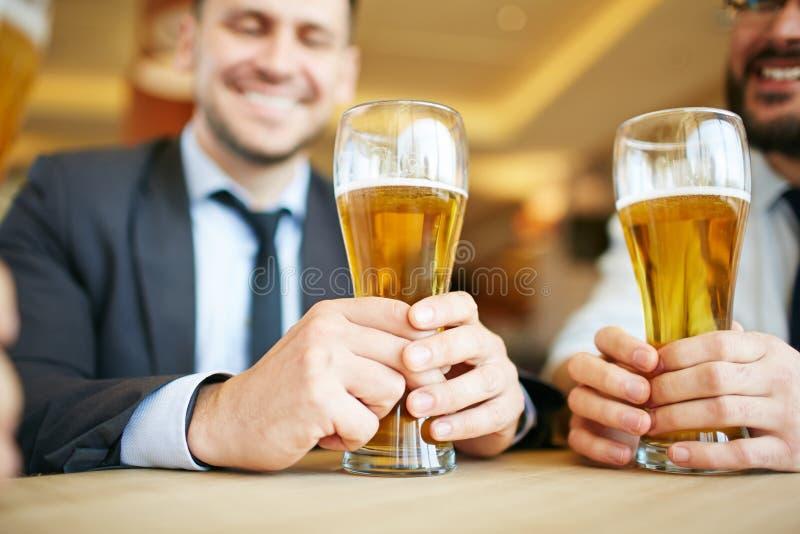 Κατανάλωση της μπύρας στο φραγμό στοκ φωτογραφία με δικαίωμα ελεύθερης χρήσης