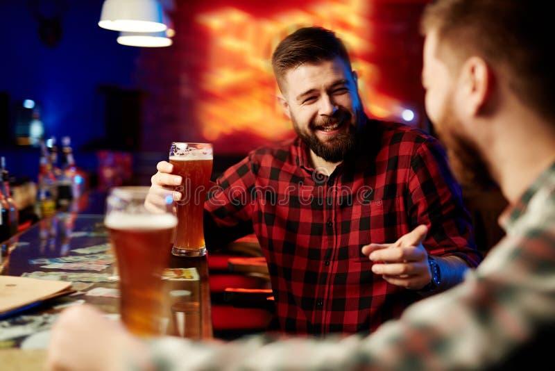 Κατανάλωση της μπύρας στο φραγμό στοκ εικόνες