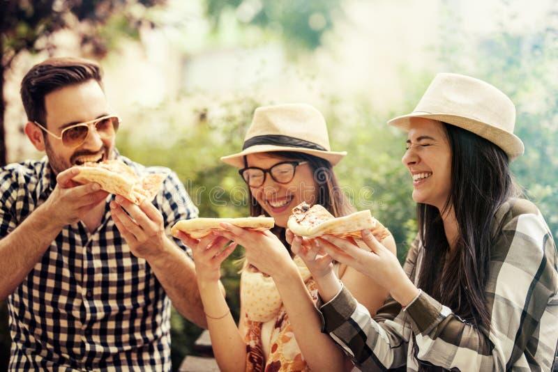 κατανάλωση της πίτσας φίλ&omeg στοκ φωτογραφία