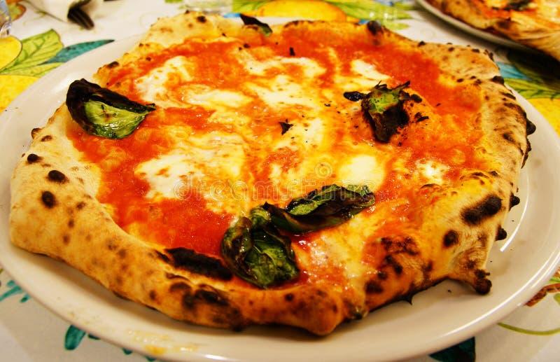 Κατανάλωση της χειροποίητης πίτσας στη Νάπολη στοκ εικόνες