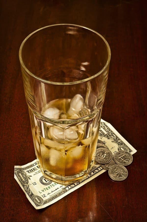Κατανάλωση του γυαλιού με τα χρήματα ακρών στοκ εικόνα