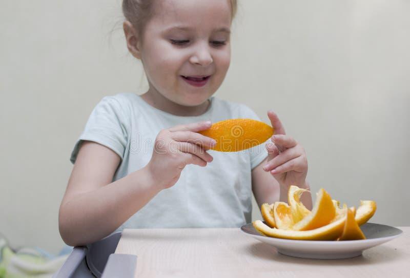 κατανάλωση του κοριτσιού καρπών στοκ φωτογραφίες με δικαίωμα ελεύθερης χρήσης