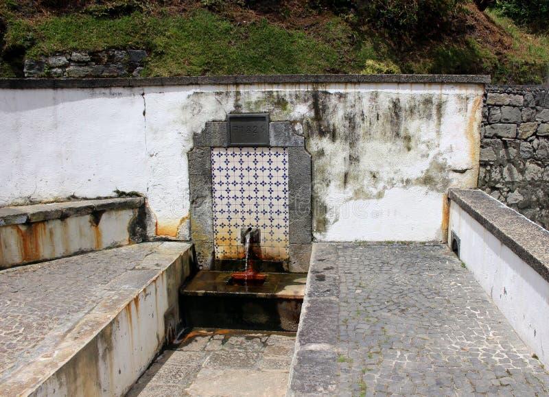 Κατανάλωση του ορυκτού ελατηρίου με το νερό σουλφιδίου σε Furnas στοκ εικόνα με δικαίωμα ελεύθερης χρήσης
