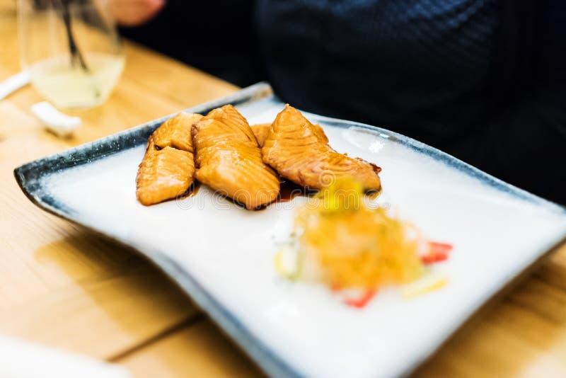 Κατανάλωση του σολομού teriyaki στο εστιατόριο στοκ φωτογραφία με δικαίωμα ελεύθερης χρήσης