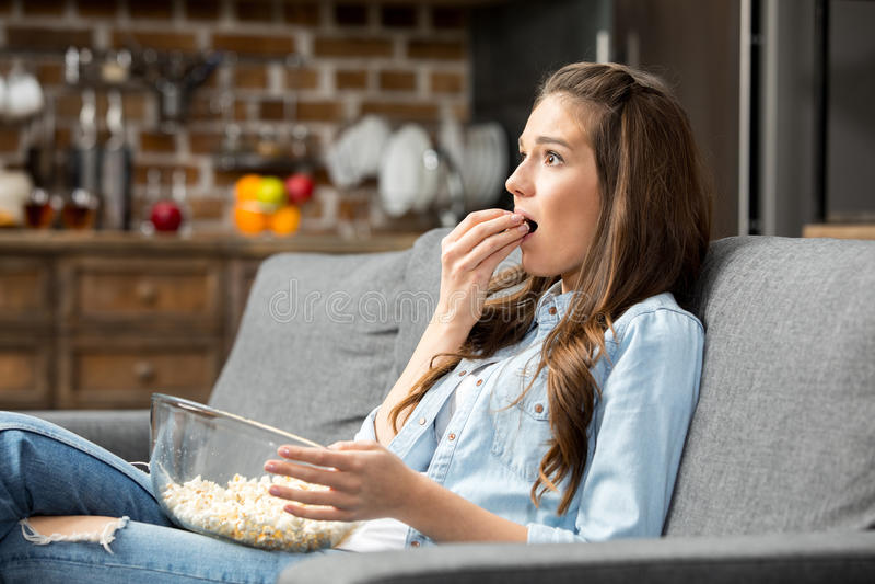 κατανάλωση popcorn κοριτσιών στοκ φωτογραφία με δικαίωμα ελεύθερης χρήσης